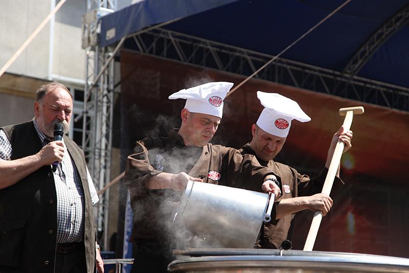 Gość specjalny - Dr Grzegorz Russak podczas gotowania największej zupy rybnej w Opolu