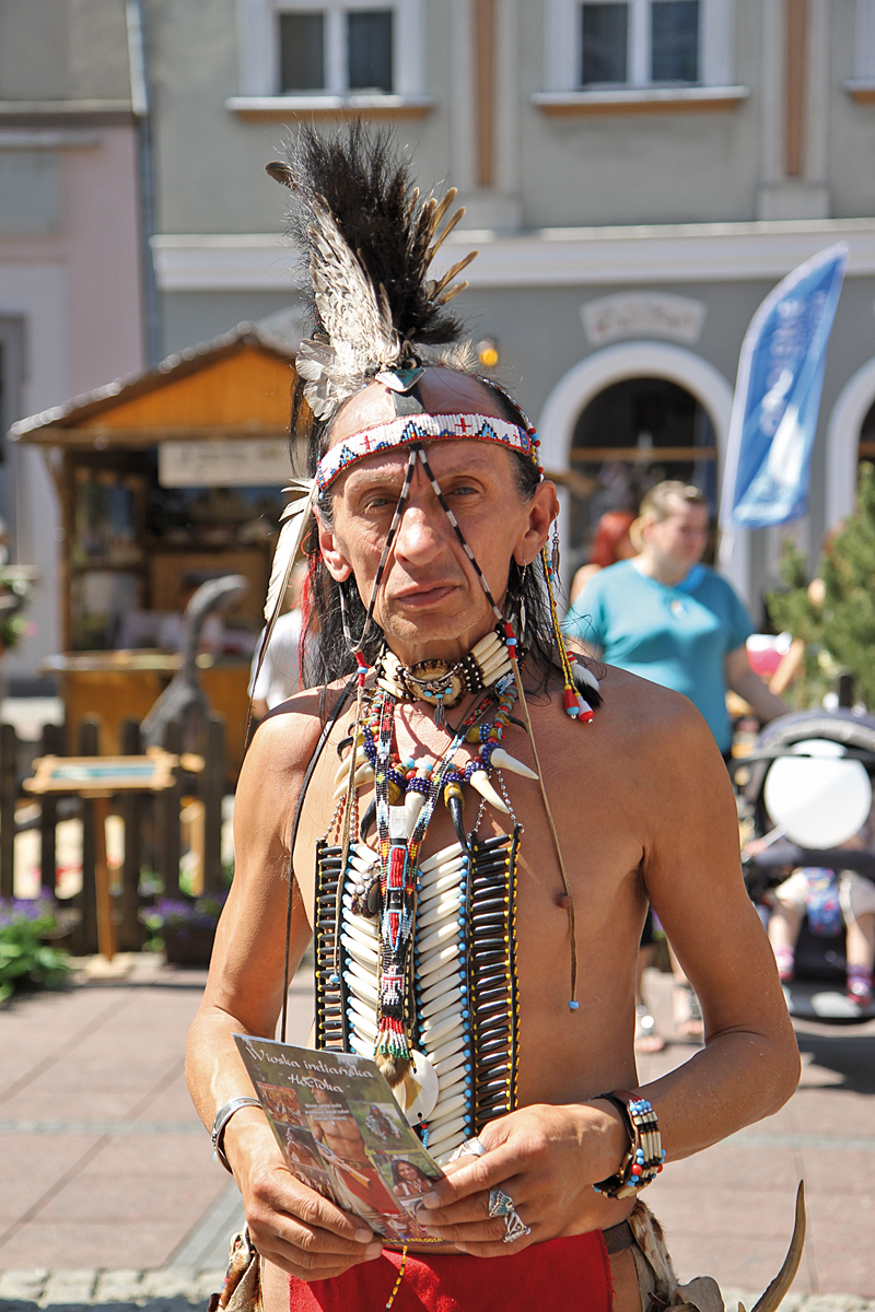 Indianin z Wioski Indiańskiej Hocioka w Dąbrówce Dolnej
