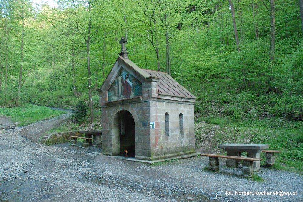 Źródło Marii - kamienna kapliczka