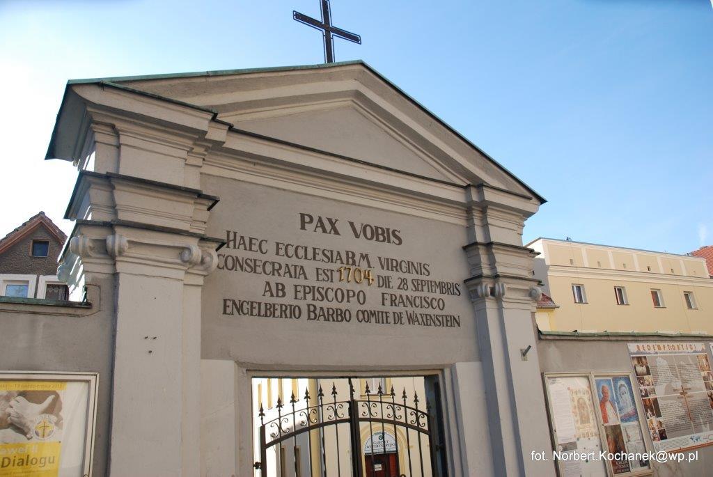 Brama na dziedzińcu klasztornym