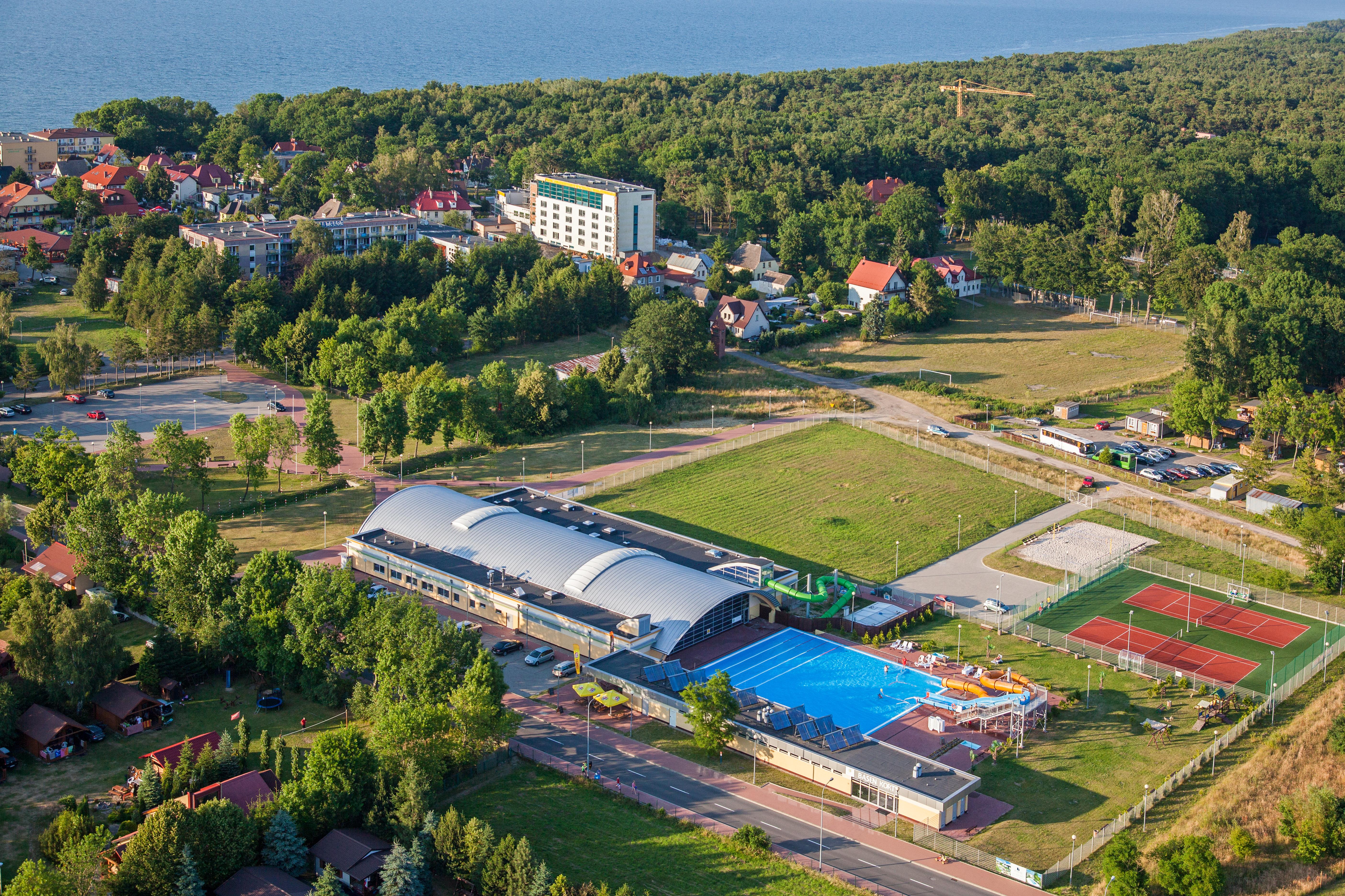 Ustronie Morskie, panorama na miejscowosc od strony SW. EU., Pl, Zachodniopomorskie. Lotnicze.