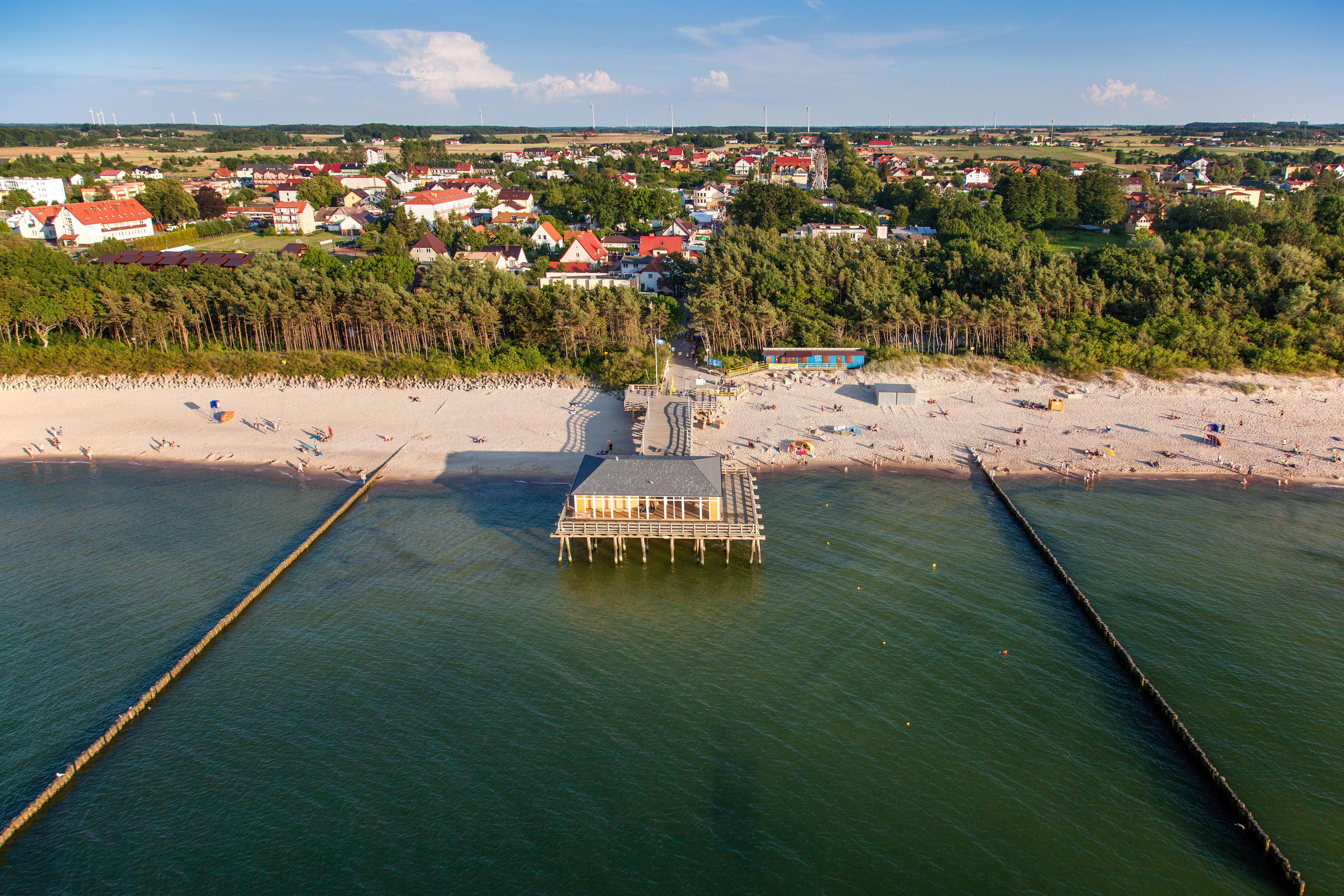 Ustronie Morskie, panorama na miejscowasc od strony morza. EU., Pl, Zachodniopomorskie. Lotnicze.